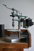 Historische-Uhrmacher-Tischbohrmaschine-002