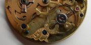Die-ehrwuerdige-Schoenheit-eines-alten-Taschenuhrwerkes-008