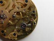 Die-ehrwuerdige-Schoenheit-eines-alten-Taschenuhrwerkes-009
